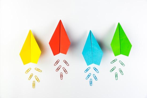 Colección de aviones de papel de colores