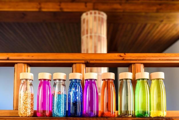 Colección de botellas de colores para relajar a los niños cuando están nerviosos
