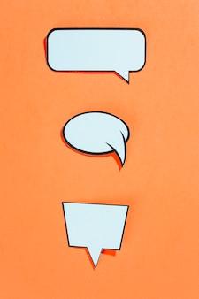 Colección de burbujas de discurso de estilo cómico sobre un fondo naranja