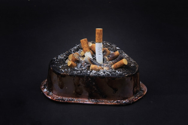 Una coleccion de cigarrillos en un cenicero