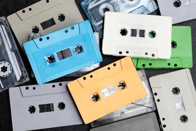 Colección de cinta de cassette de maquetas retro coloridas