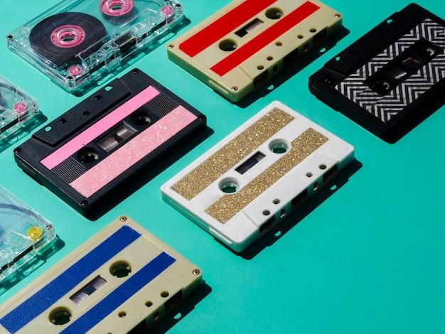 Colección de cintas de cassette multicolores en foco