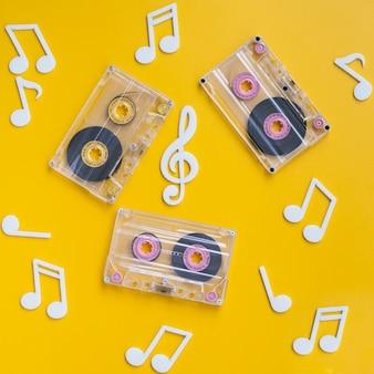 Colección de cintas de cassette transparentes con notas musicales alrededor