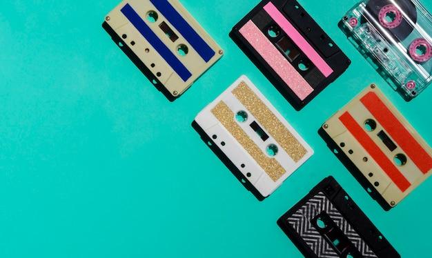 Colección de cintas de colores sobre fondo brillante