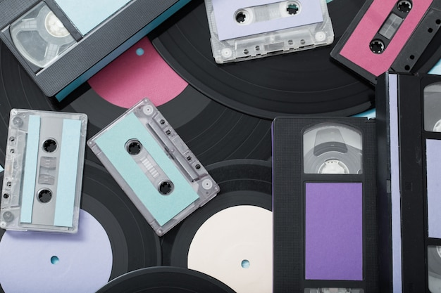 Colección de cintas de música, discos y videocasetes. concepto retro