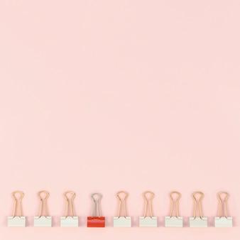 Colección de clips de papel con solo uno rojo