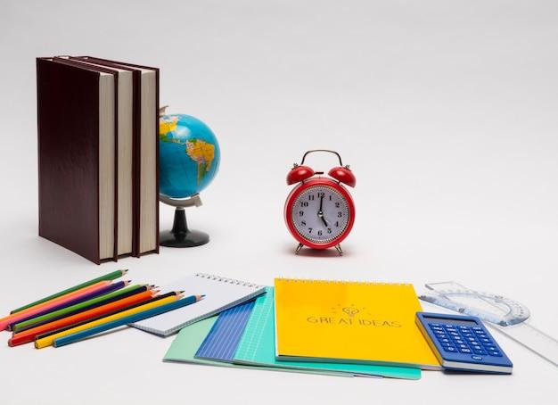 Colección colorida de útiles escolares en fondo blanco. de vuelta a la escuela. grandes ideas
