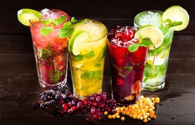 Colección de coloridos cócteles tropicales.