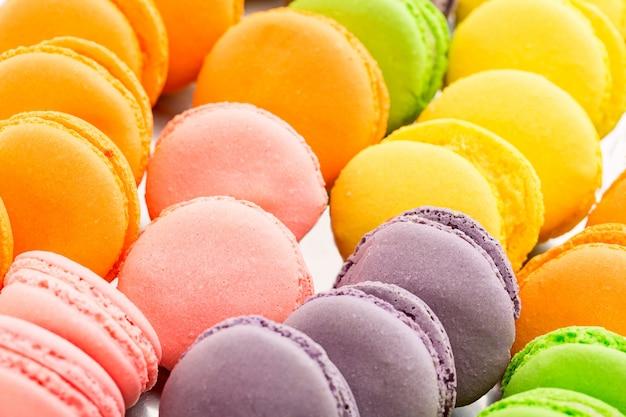 Colección de coloridos macarons franceses