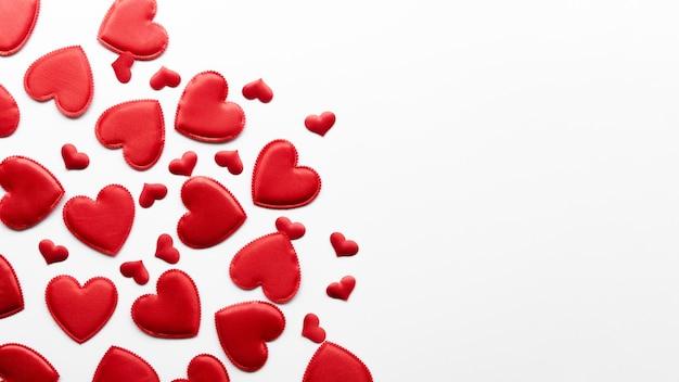 Colección de corazones en la mesa con espacio de copia