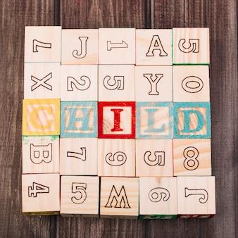 Colección de cubos de madera con inscripción infantil.
