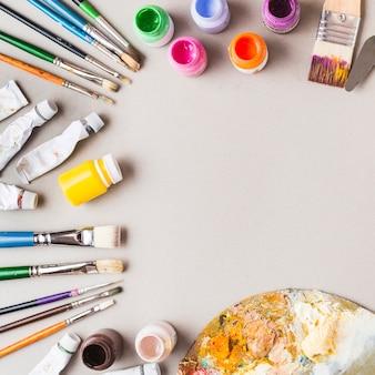 Colección de pinturas y pinceles