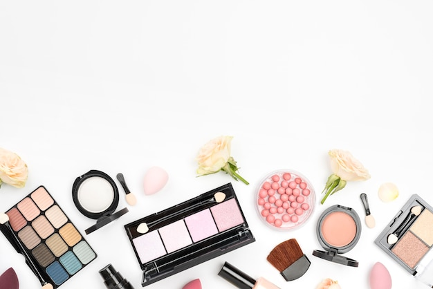 Colección de diferentes cosméticos con copia espacio sobre fondo blanco.