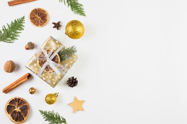 Colección de diferentes decoraciones navideñas.