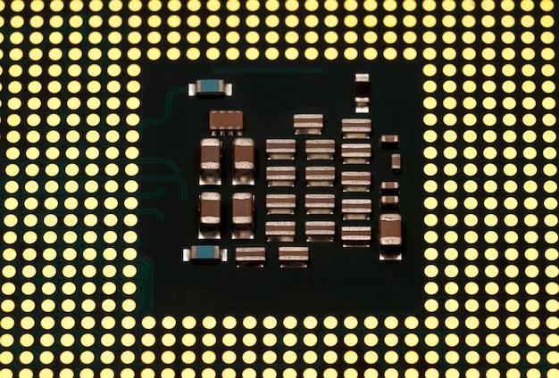 Colección electrónica - chip de cpu (unidad central de procesamiento) de computadora aislado sobre fondo blanco.