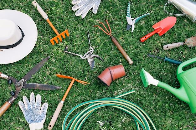 Colección de equipos de jardinería en prado.