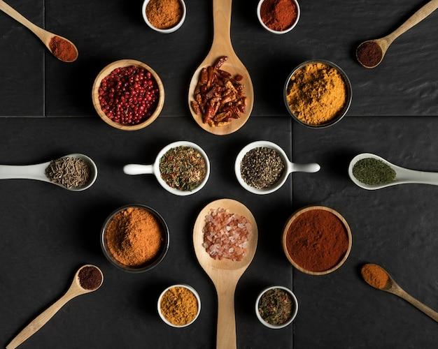 Colección de especias de condimento en la mesa