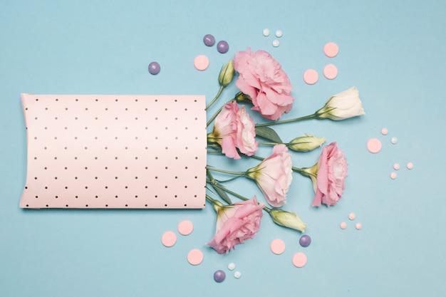 Colección de flores frescas en paquete de papel.