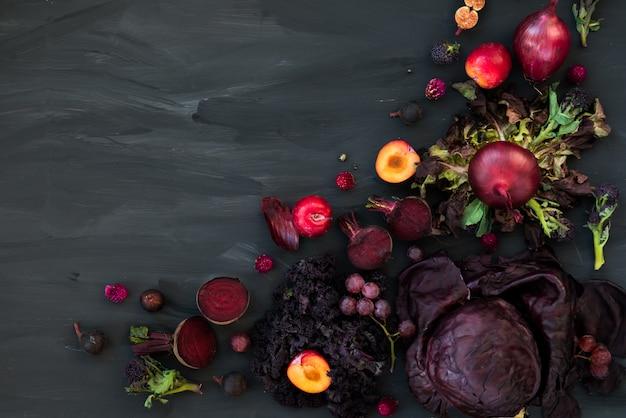 Colección de frutas y verduras frescas de color púrpura