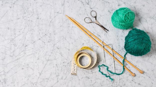 Colección de herramientas de tejer en mesa