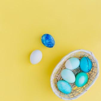 Colección de huevos de pascua azules en cesta