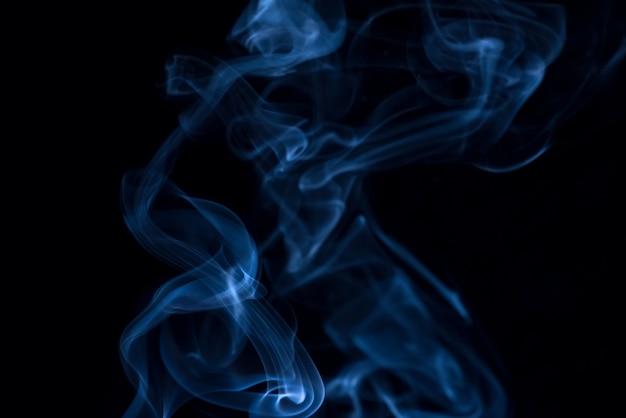 Colección de humo blanco sobre fondo negro
