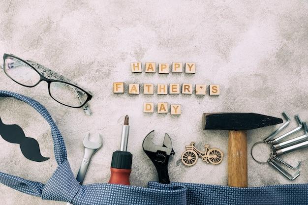 Colección de instrumentos cerca del bigote decorativo con palabras felices del día del padre y corbata