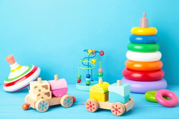 Colección de juguetes para niños en azul.