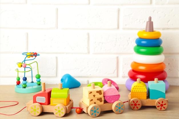 Colección de juguetes para niños en una luz.