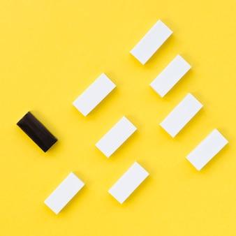 Colección de ladrillos blancos junto a uno negro