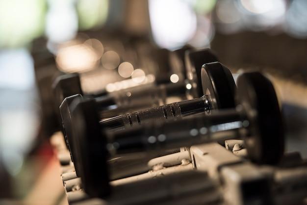 Colección de mancuernas para entrenamiento con pesas. concepto saludable