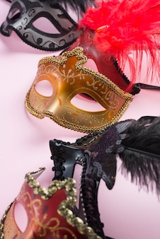 Colección de máscaras ornamentadas.