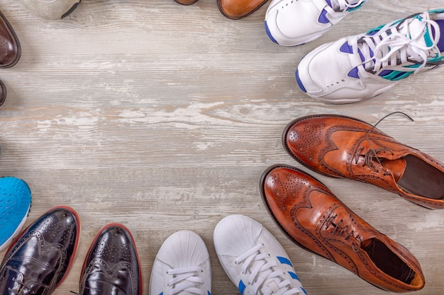 Colección masculina de los zapatos en el fondo de madera. zapatos de cuero de moda para hombres planos