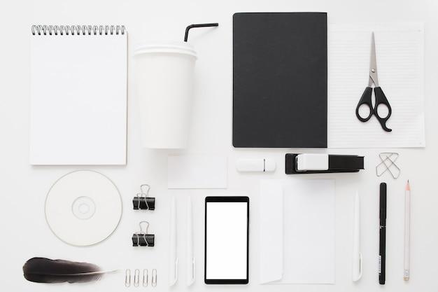 Colección de material de oficina en blanco y negro