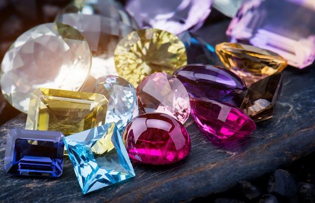 Colección mezcla colorida de joyas de piedras preciosas.