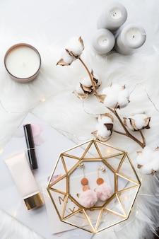 Colección de moda con accesorios, flores, cosméticos y joyas en blanco.