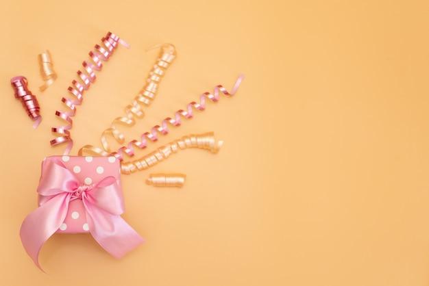 Colección de objetos de fiesta de cumpleaños rosa en una caja de regalo
