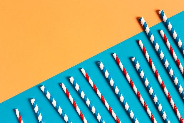 Colección de pajitas de plástico de colores de vista superior