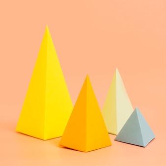 Colección de papel triangular en escritorio