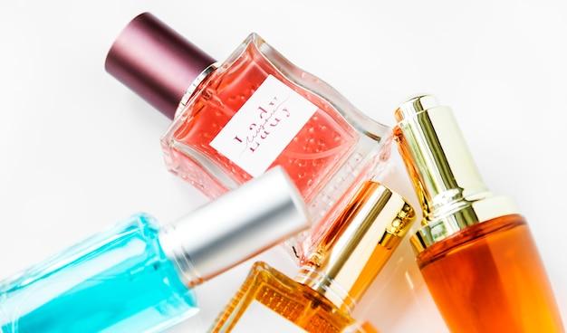 Colección de pequeñas botellas de perfume