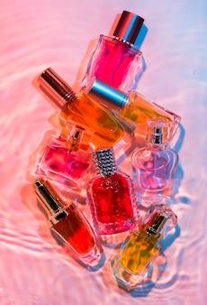 Colección de pequeñas botellas de perfume.