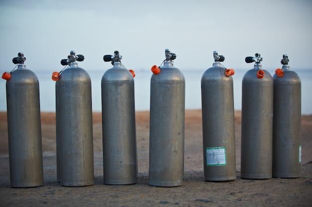 Colección de tanques de oxígeno de buceo gris.
