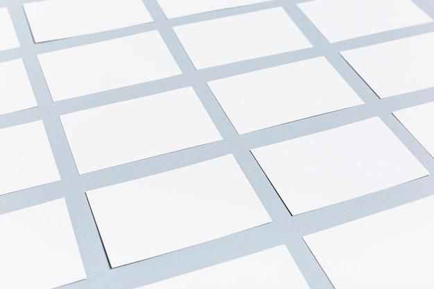 Colección de tarjetas en blanco sobre mesa morada