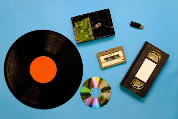 Una colección de tecnología de dispositivos de almacenamiento antiguos y modernos.