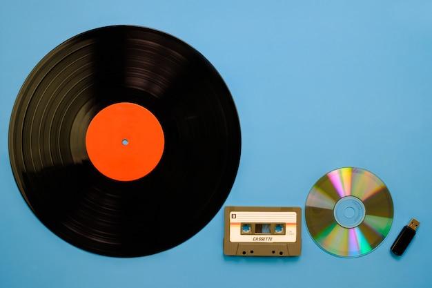 Una colección de tecnología de equipos musicales retro antiguos y modernos.