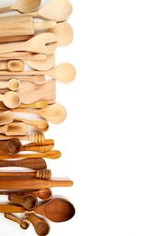 Colección de utensilios de cocina de madera sobre fondo blanco.