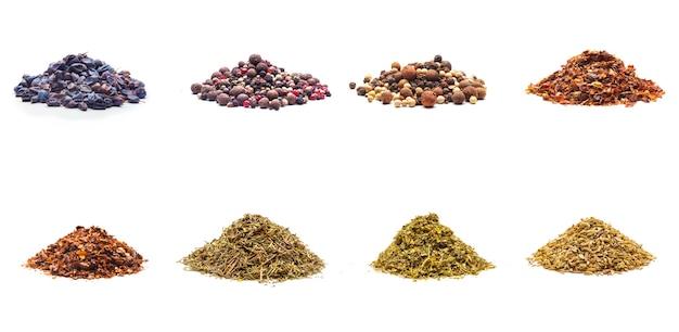 Colección de variedad de especias coloridas aislado sobre fondo blanco.