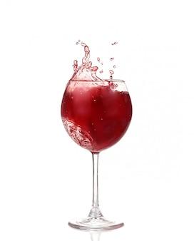 Colección de vinos: salpicaduras de vino tinto en un vaso. aislado sobre fondo blanco