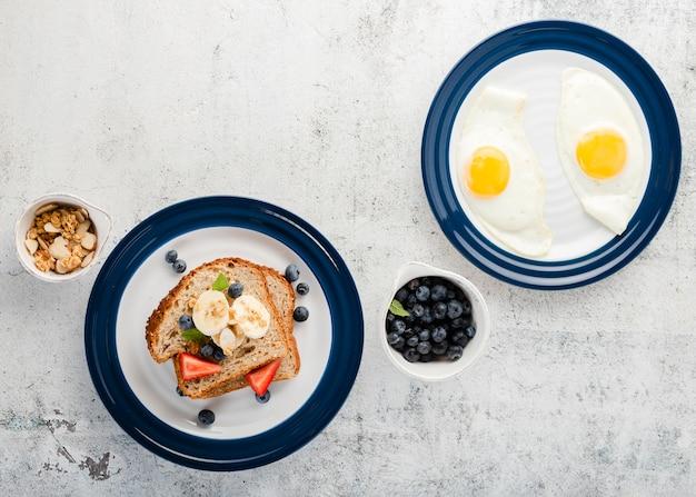 Colección de vista superior con huevos simples y sandwich