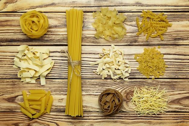 Colección de vista superior de pasta italiana en mesa de madera vintage